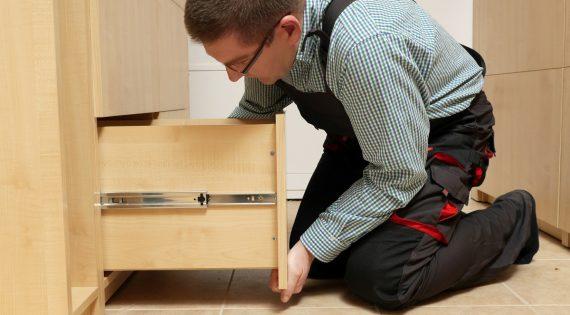 Jak zamontować prowadnice do szuflady – krok po kroku